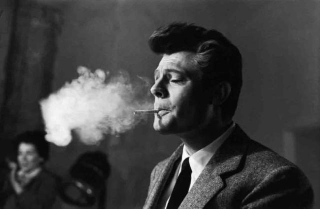 Marcelo Mastroiani fumando